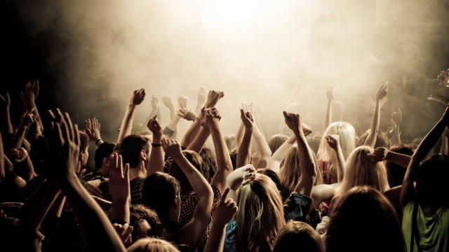 concert-smoke-crowd-people-concert-music-youth-club-photos-crowd-cheering-the-mood-the-smoke--1024x576